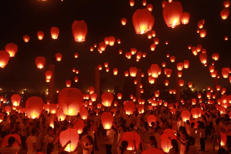 YICHUN, CHINA - SEPTEMBER 07: (CHINA OUT) People launch Kongming laterns in celebration of the Mid-autumn Festival on September 7, 2014 in Yichun, Jiangxi Province of China. These laterns were launched to celebrate China's upcoming Mid-Autumn Festival on September 8. (Photo by ChinaFotoPress/Getty Images)